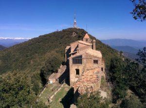 Imatge del santuari de Rocacorba, amb les antenes del reemissor al fons. (Autor: Josep Maria Viñolas)